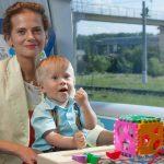 Мама с ребенком на детском месте в вагоне № 10