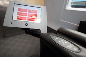 Индивидуальный монитор в кресле вагона бизнес-класса